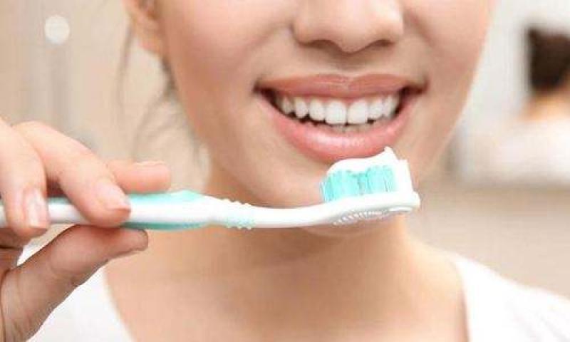 """刷牙时牙膏到底蘸不蘸水?牙医帮你给刷牙""""划重点"""""""