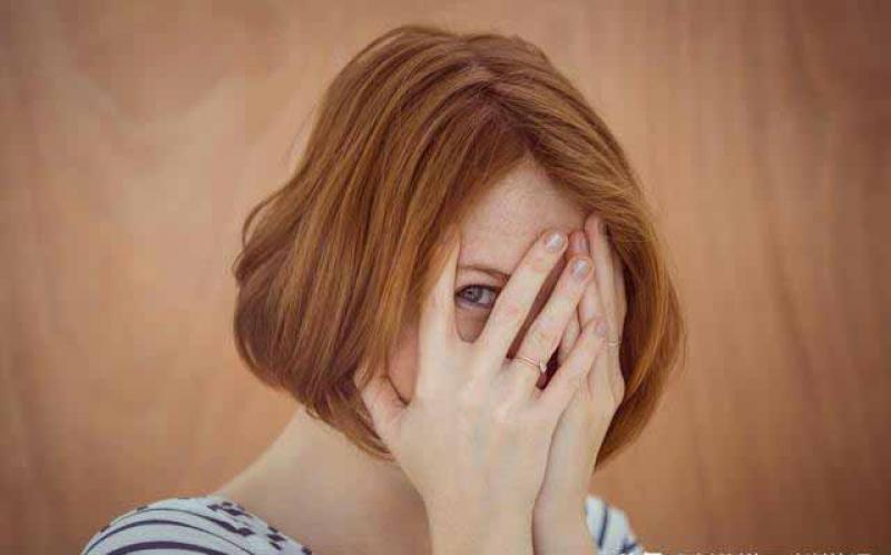 胆子小脸皮薄,一跟人说话就容易脸红?试试这三个有效的克服方法