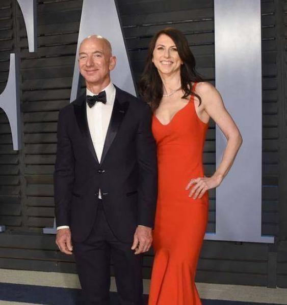 世界首富和49岁新欢大庭广众搂脖子亲吻新欢秀身材,气质输前妻