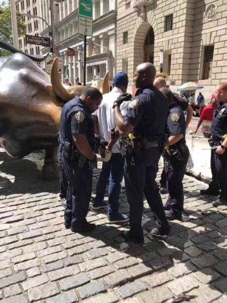 【带花旳蘑菇】美国华尔街标志性的公牛雕像被砸了!