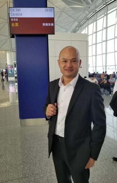 """【野蛮不失女人心】香港""""光头警长""""刘Sir飞抵北京,将参加国庆活动"""