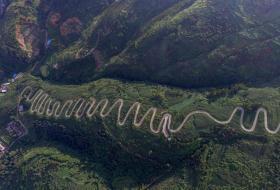 【有种帅逼叫天天】中国最独特的一条公路,本打算节约投资,却成世界公路史上的奇迹