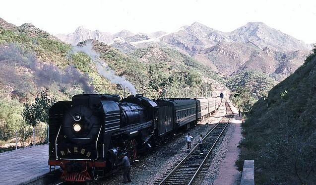 【十年萤火照君眠】老照片:外国游客拍摄1983年的北京八达岭城