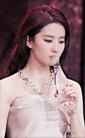 【青春最珍贵】刘亦菲绝美:低头莞尔,你眼底 一池月光碎涟漪