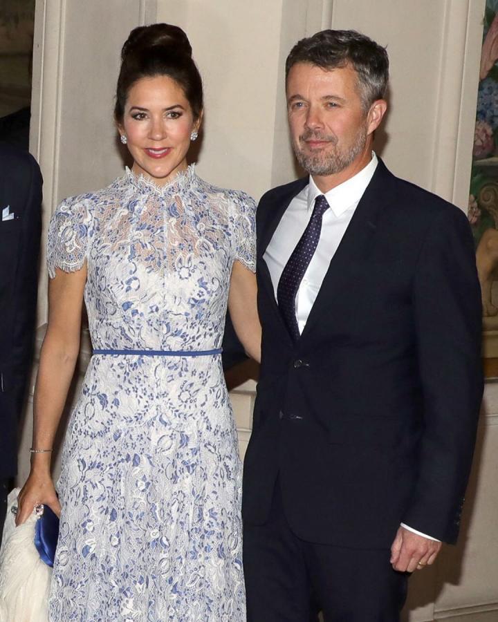 玛丽王妃访法与妯娌同框,一袭清新蕾丝裙秒赢,和老公牵手好恩爱