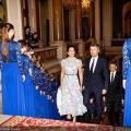 【清风竹间行】玛丽王妃访法与妯娌同框,一袭清新蕾丝裙秒赢,和老公牵手好恩爱