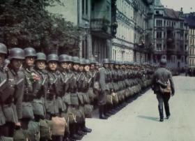 【兔叽妹妹的胡萝卜】德占时期的巴黎:入目之下全是纳粹旗帜,看看阅兵的德军有多疯狂