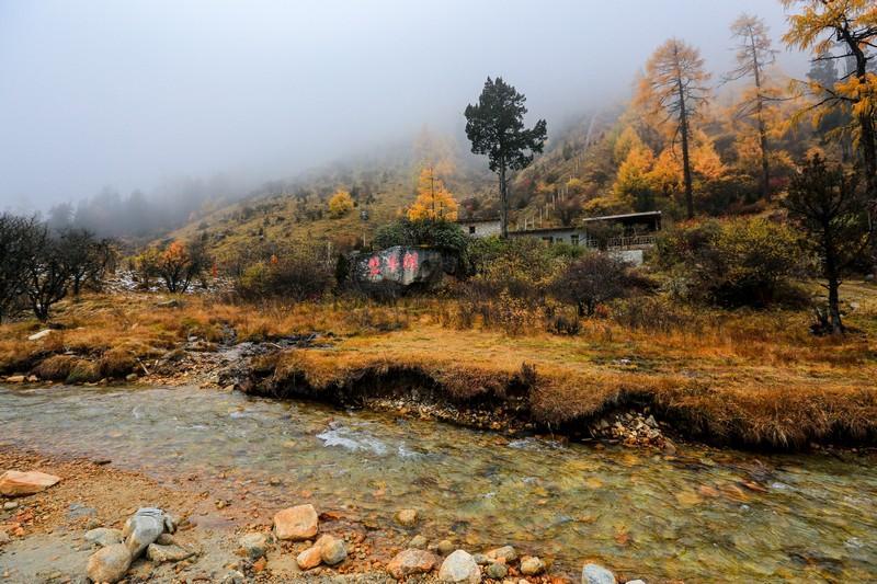 毕棚沟位于四川省阿坝藏族羌族自治州理县朴头乡梭罗沟境内,是国内非常知名的红叶观赏圣地。