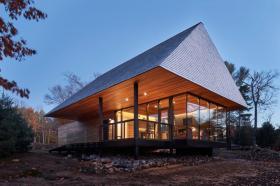 【包子小姐(∩_∩)】采光最大化,这座现代化小屋采用环绕玻璃窗和透光天窗设计