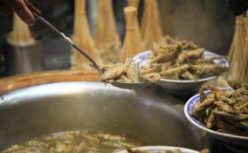【印在双眸的迷离】河南有种传统美食用小鱼做成,先炸后炖,锅底扣个瓷碗是制作关键
