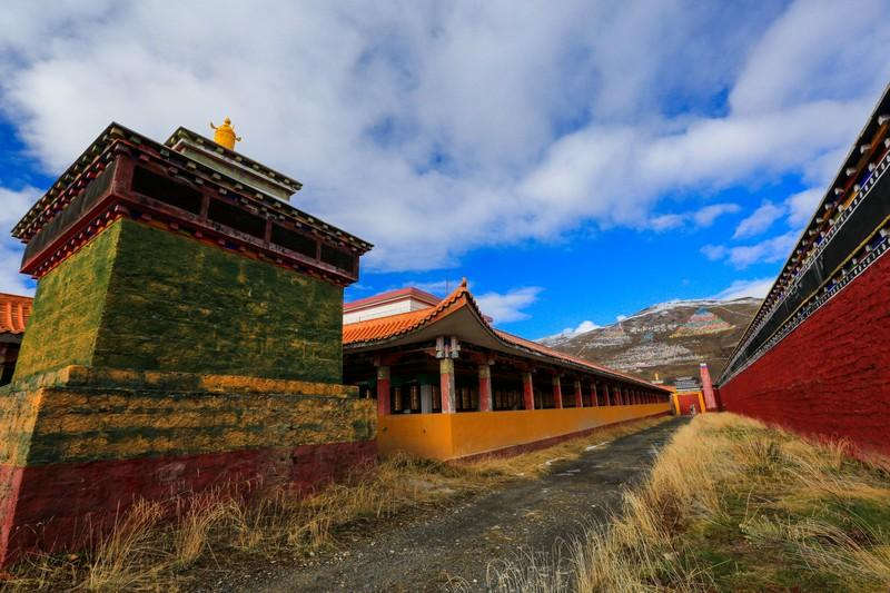 木雅金塔,宁玛派六大佛寺之一,建造时共用了一百多公斤黄金