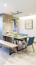 整面墙鞋柜的材质与餐桌椅的材质做了统一。