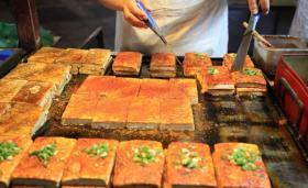 【指尖触到未来】河南大妈卖铁板煎豆腐一夜上百斤,路人称光看豆腐颜值就流口水
