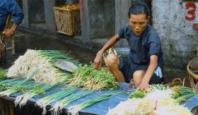 【我是鹿小痴】1985年广州:图3穿拖鞋的广州男子,放到现在都是有钱人了