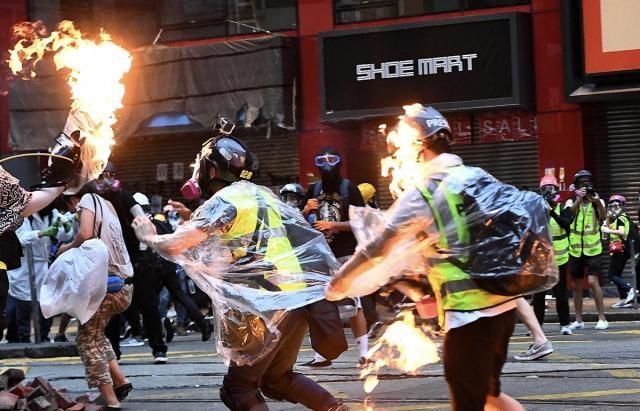 香港一日丨蒙面暴徒再挑衅 驻港部队举黄旗