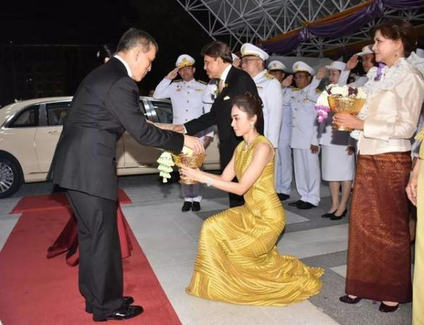 泰国王后第一次穿晚礼服,红宝石项链好惊艳