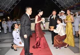 【咬遍天下无敌手】泰国王后第一次穿晚礼服,红宝石项链好惊艳