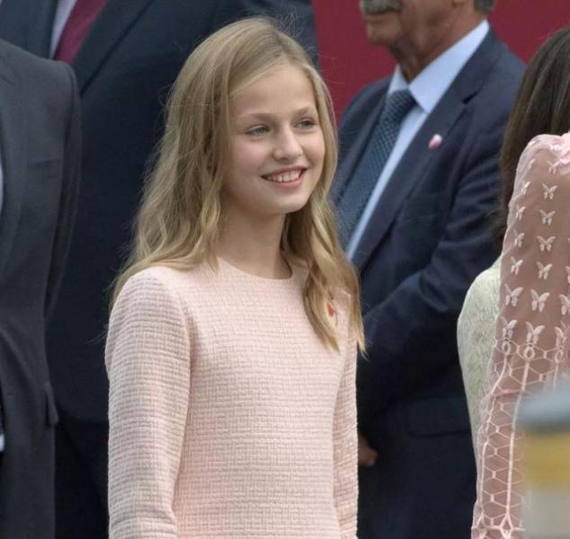 西班牙公主变成熟,披卷发出门好惊艳,王后的强气场都压不住女儿