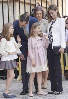 【半城柳色半声笛】西班牙公主变成熟,披卷发出门好惊艳,王后的强气场都压不住女儿