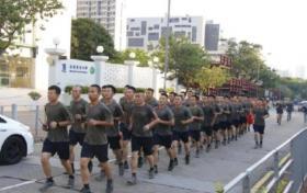 【冬天开出牵牛花】驻港部队走出军营,一身便装,一个举动赢得香港同胞一片掌声!