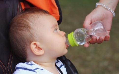 宝宝用手抓脸是怎么回事 宝宝用手抓脸好吗